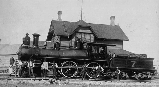 Engine No. 7, Manitoba and Northwestern Railway. Oliver Williamson, engineer, and H. Ripley, fireman / Locomotive no 7, Manitoba and Northwestern Railway. Oliver Williamson, mécanicien, et H. Ripley, chauffeur